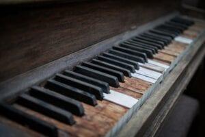 Broken keys on an old piano keyboard